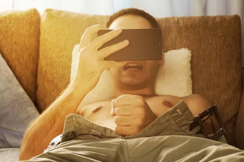 Grupno muško masturbiranje – zašto to rade?